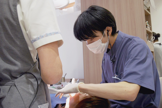 治療中の鈴木先生