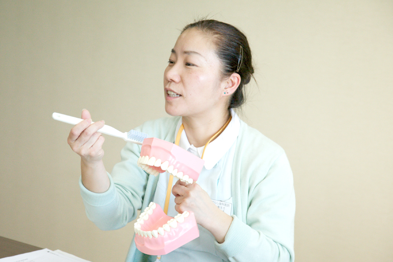 歯磨き指導をする歯科衛生士